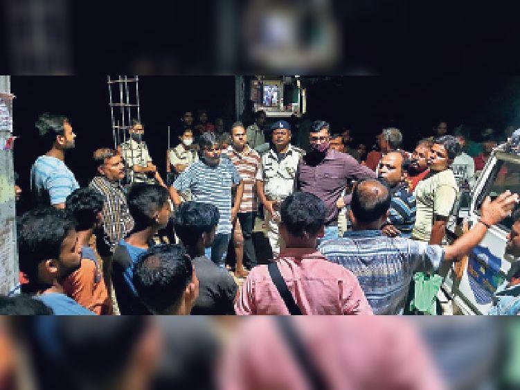 घटना स्थल पर मौजूद लोगों को समझााने का प्रयास करते सदर सीओ व कासिम बाजार पुलिस। - Dainik Bhaskar