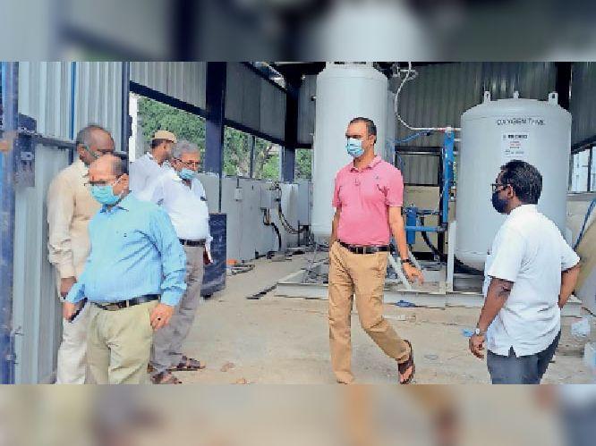 सदर अस्पताल  में निर्माणाधीन ऑक्सीजन प्लांट का जायजा लेते डीएम, साथ में मौजूद सीएस व  अन्य। - Dainik Bhaskar