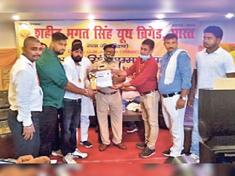 शहीद भगत सिंह राष्ट्रीय सम्मान प्राप्त करते ह्यूमैनिटी ब्लड डोनर्स ग्रुप के संस्थापक। - Dainik Bhaskar