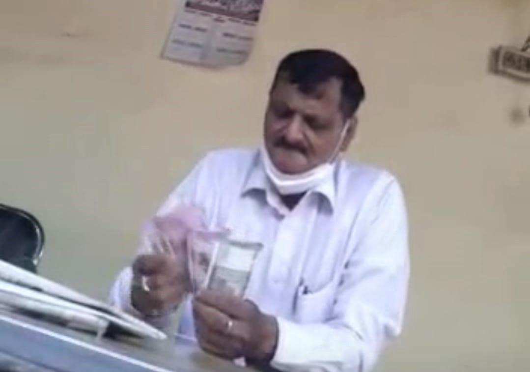 ऑफिस में हजारों रुपए के लेनदेन का वीडियो हुआ था वायरल, ठेकेदार से बिल बनाने के लिए रिश्वत लेने का था आरोप|कानपुर,Kanpur - Dainik Bhaskar
