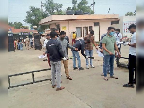 सिरसा। परीक्षा दौरान परीक्षार्थियों की जांच करते कर्मचारी। - Dainik Bhaskar