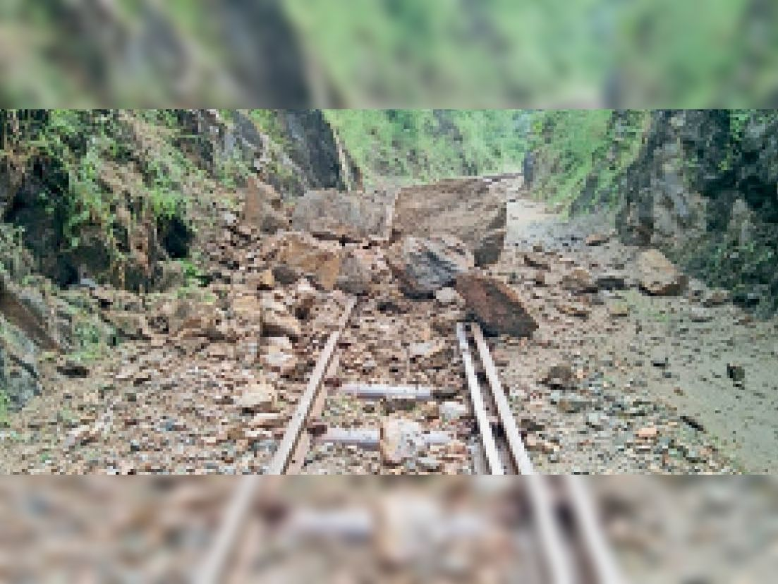 मावली-मारवाड़ रेल मार्ग पर गोरमघाट-कामलीघाट  के बीच पत्थर गिरे। - Dainik Bhaskar