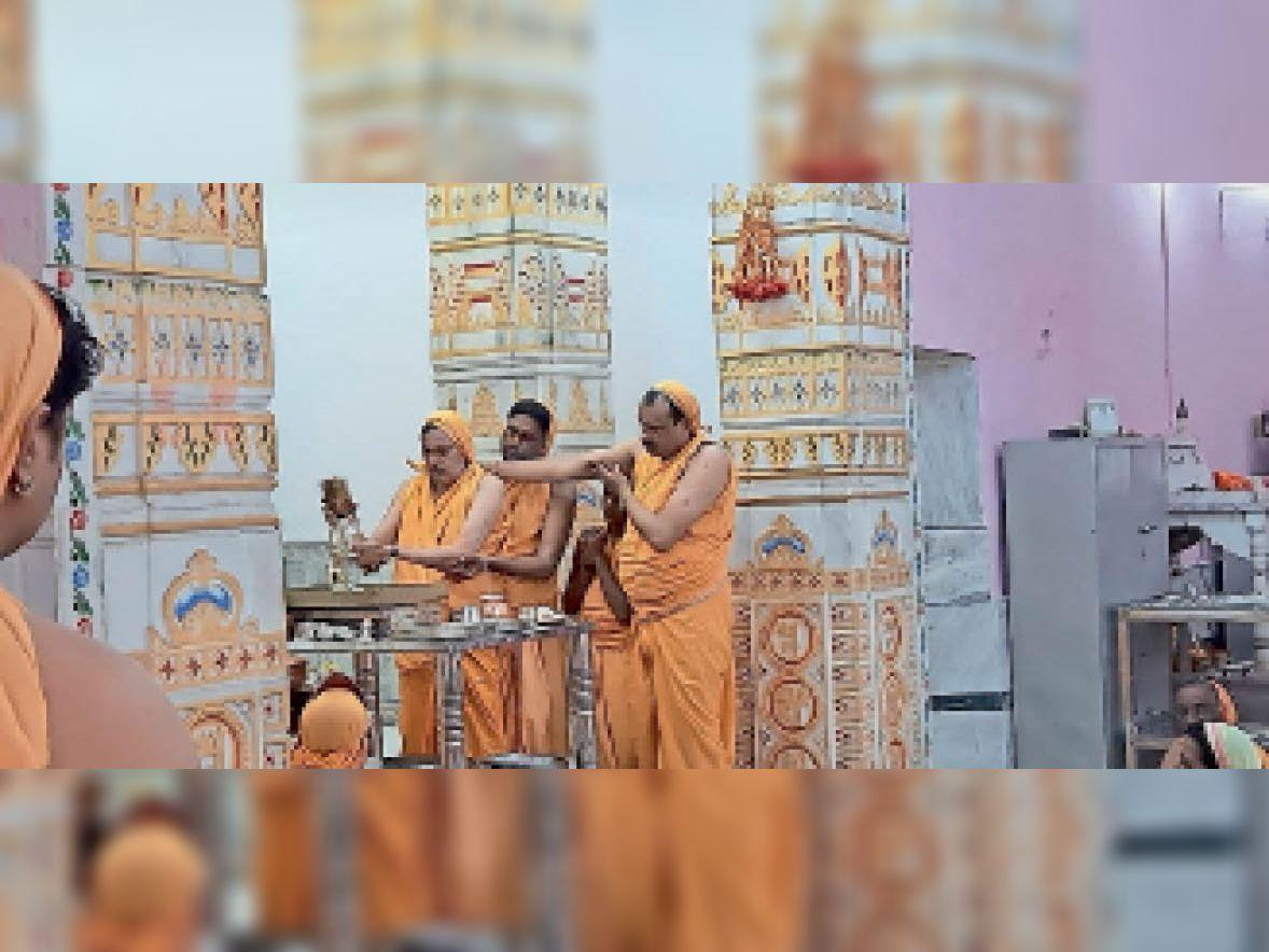 मंदिर में अभिषेक, पूजन करते हुए जैन धर्मावलंबी। - Dainik Bhaskar