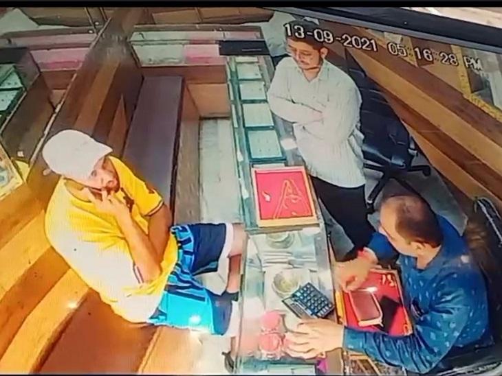 दुकान के अंदर सीसीटीवी कैमरे में कैद हुआ बदमाश (टोपी में)।