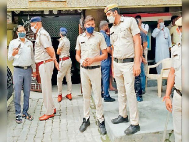 गुड़गांव. राजेंद्रा पार्क क्षेत्र में चार लोगों की हत्या मामले में जांच करती पुलिस। - Dainik Bhaskar