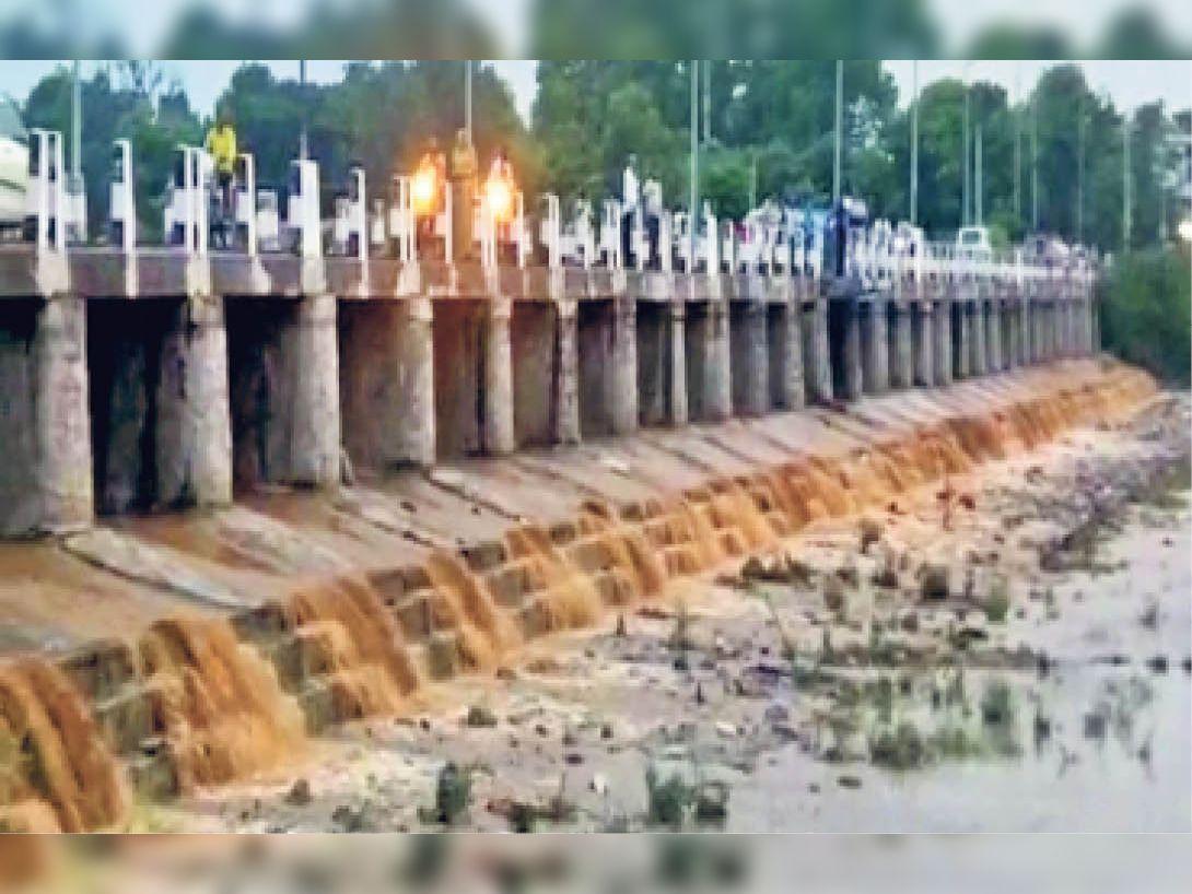 बाली की सुकड़ी नदी के 27 पुलियों में शाम 6.15 बजे से बहता पानी। - Dainik Bhaskar