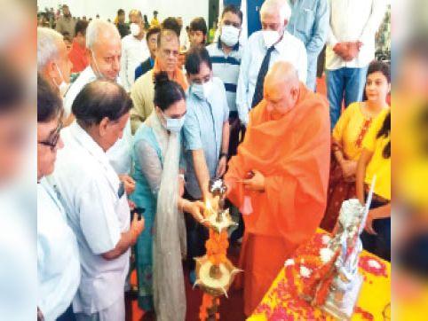 गीता भवन में पॉलीक्लीनिक का उद्घाटन करते महामंडलेश्वर स्वामी यतिंद्रानंद महाराज व सिविल सर्जन डॉ वीरेंद्र यादव। - Dainik Bhaskar