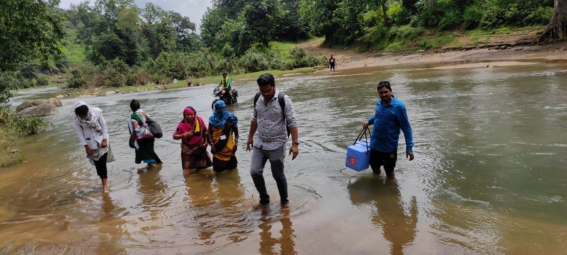 देनवा नदी को पार कर टीकाकरण दल नादिया गांव पहुंचा। - Dainik Bhaskar