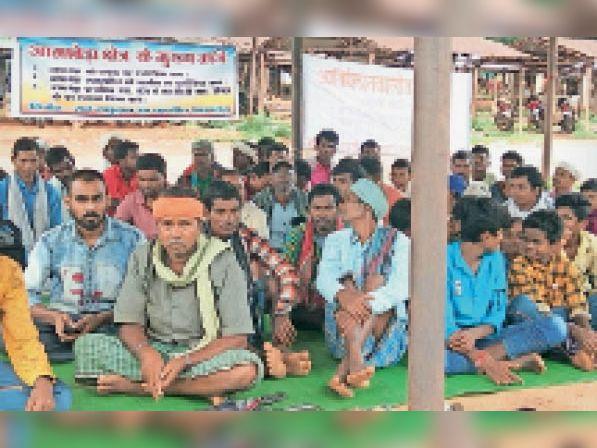 आमाबेड़ा। धरना प्रदर्शन में शामिल हुए क्षेत्र के ग्रामीण। - Dainik Bhaskar
