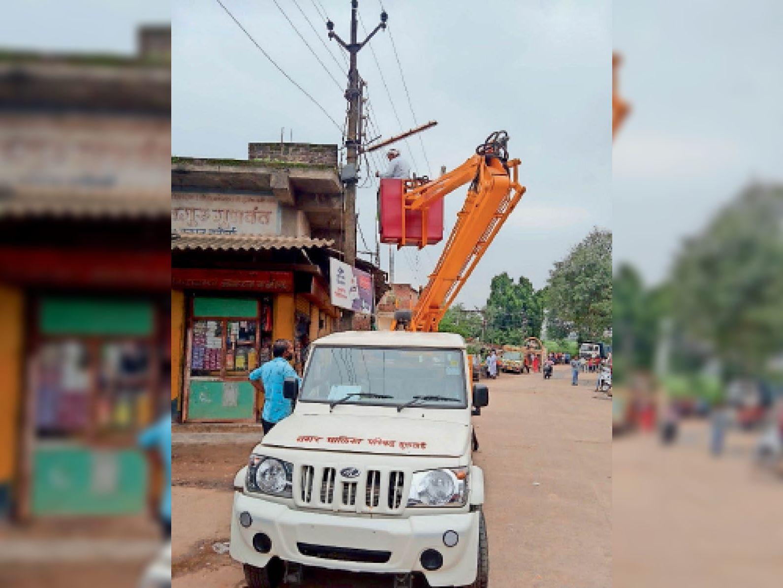 नगर में बंद स्ट्रीट लाइट का सर्वे करने के साथ नपा कर रही बदलने का काम। - Dainik Bhaskar