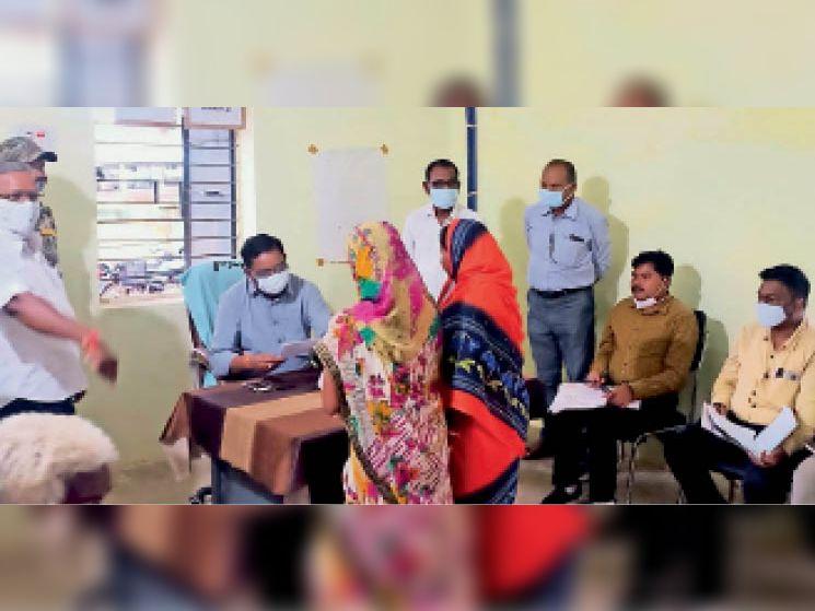 महासमुंद। ग्रामीणों के आवेदनों की जांच करते कलेक्टर। - Dainik Bhaskar