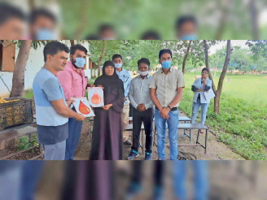 शिविर में रक्तदान करने वालाें काे प्रमाण पत्र देकर सम्मानित िकया गया। - Dainik Bhaskar