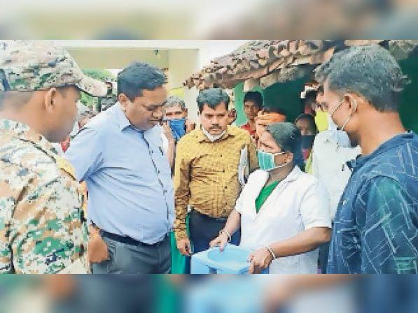 महासमुंद। सुईनारा गांव के वैक्सीनेशन की स्थिति जानने पहुंचे कलेक्टर। - Dainik Bhaskar
