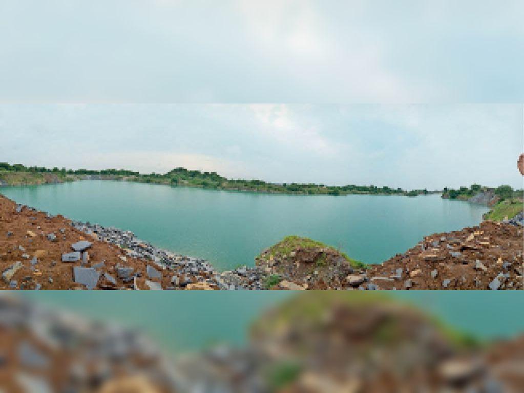 महासमुंद। बीएसपीएल कंपनी द्वारा खोदे गए गड्ढे में भरा लबालब पानी। - Dainik Bhaskar