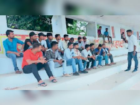 इंदिरा गांधी स्टेडियम में बैठक को संबोधित करते राजू मंडल। - Dainik Bhaskar