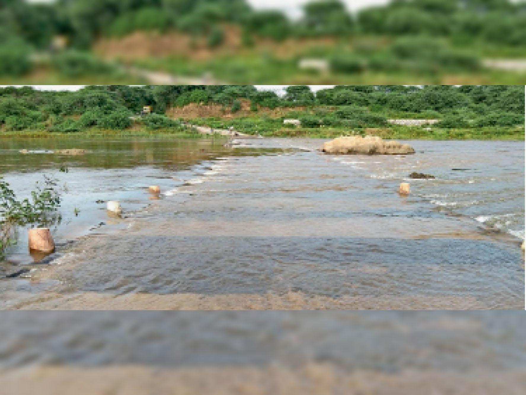 बेणेश्वर से वालाई पुल पर चार फीट पानी आने से रास्ता बंद। - Dainik Bhaskar