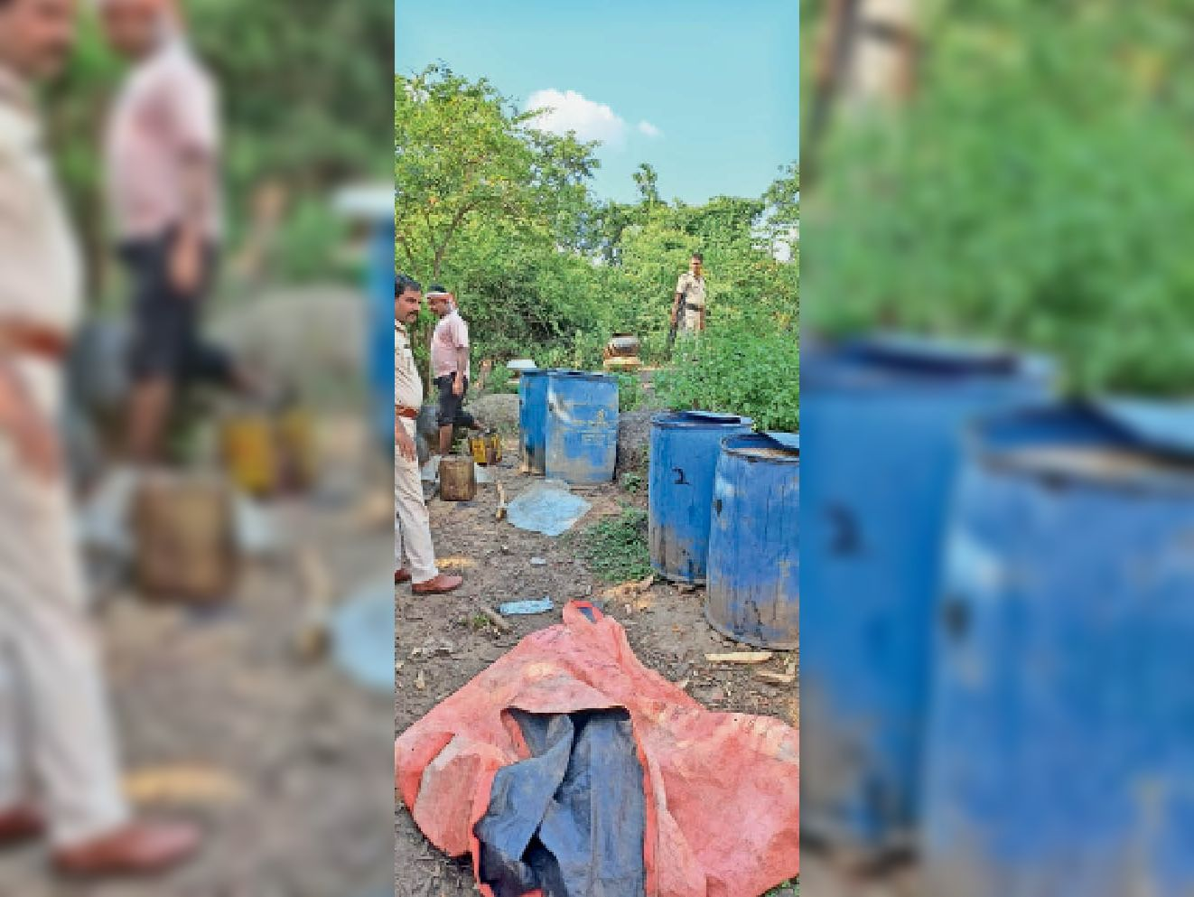 छापेमारी में महुआ शराब बरामद करते पुलिस के जवान। - Dainik Bhaskar