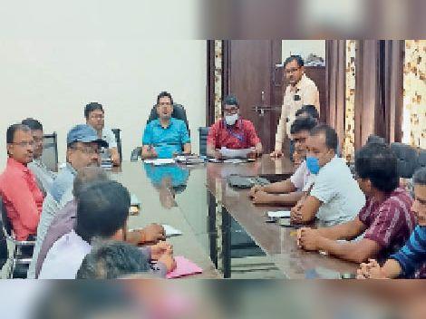 प्रखंड मुख्यालय सभागार में आयोजित बैठक में निर्देश देते एएसडीएम। - Dainik Bhaskar