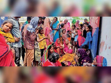 शव को लेकर गोगरी थाना के गेट पर विलाप करतीं महिलाएं। - Dainik Bhaskar