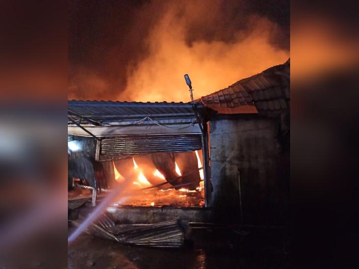 इस अग्निकांड में गोदाम में करोड़ों का नुकसान हुआ है। - Dainik Bhaskar