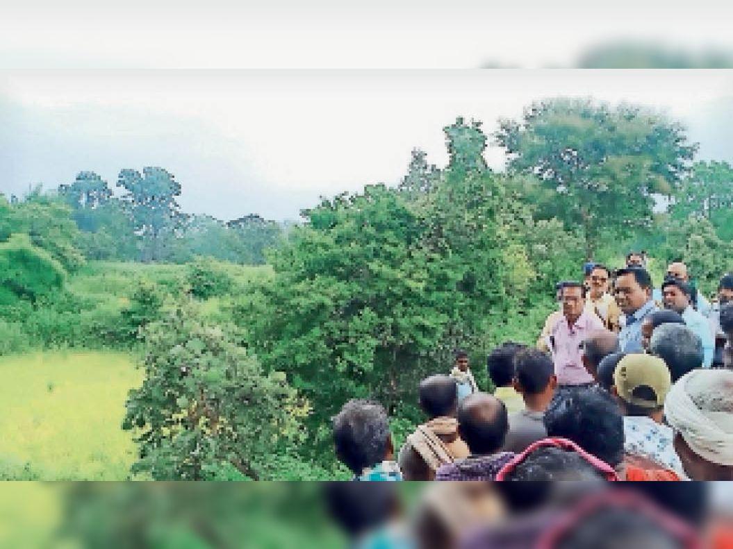 पिथौरा क्षेत्र में निरीक्षण के दौरान खेतों का जायजा लेने पहुंचे कलेक्टर। - Dainik Bhaskar