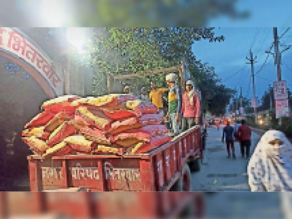 बाढ़ पीड़ितों के लिए आए आटे के बोरे वापस ले जाते कर्मचारी। - Dainik Bhaskar