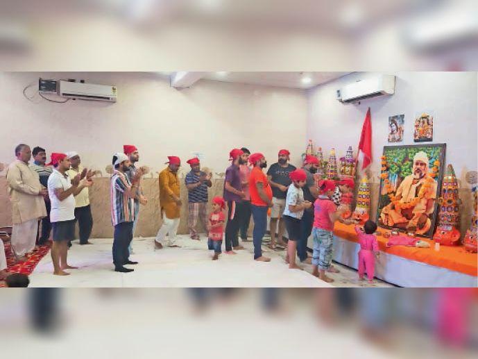 रामलीला मंचन की तैयारियां करते हुए कलाकार। - Dainik Bhaskar
