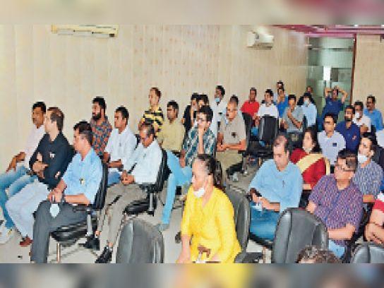 राेहतक   सेक्टर 14 में आयाेजित बैठक के दाैरान माैजूद डाॅक्टर। - Dainik Bhaskar