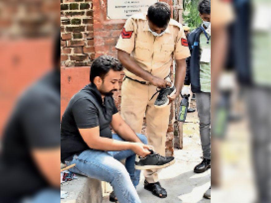 जाट स्कूल में परीक्षा के दौरान शूज निकलवा चेक करते पुलिसकर्मी।
