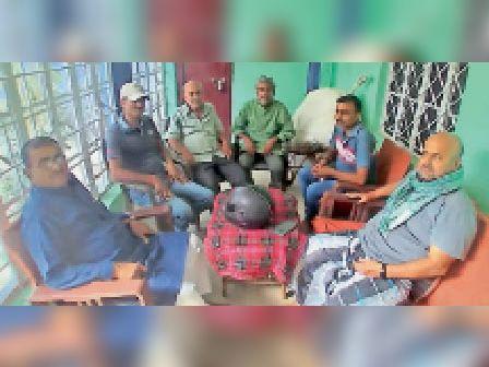 सिपाही टोला में जलजमाव मुक्ति अभियान को लेकर बैठक करते लोग। - Dainik Bhaskar