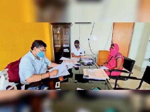 प्रखंड कार्यालय में संवीक्षा करते प्रखंड निर्वाची पदाधिकारी। - Dainik Bhaskar