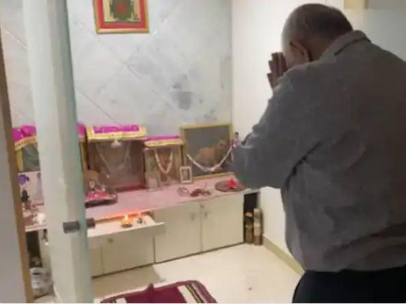 शपथग्रहण से पहले घर में पूजा-अर्चना करते हुए गुजरात के नए मुख्यमंत्री भूपेंद्र पटेल।