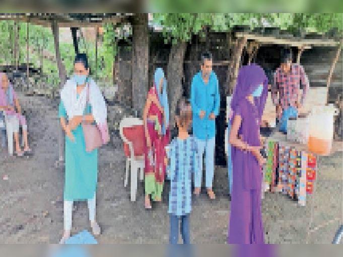 गांवों में घर-घर पहुंचकर अधिकारियों ने टीकाकरण के लिए जागरूक किया। - Dainik Bhaskar