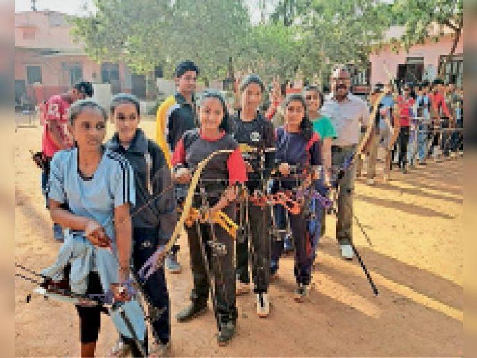 तीरंदाजी का प्रशिक्षण देते हुए खेल शिक्षक लोेकेंद्रसिंह तोमर। - Dainik Bhaskar