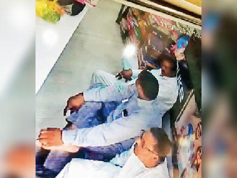 यमुनानगर| दुकानदार से ठगी के अाराेपी कैमरे में कैद। - Dainik Bhaskar
