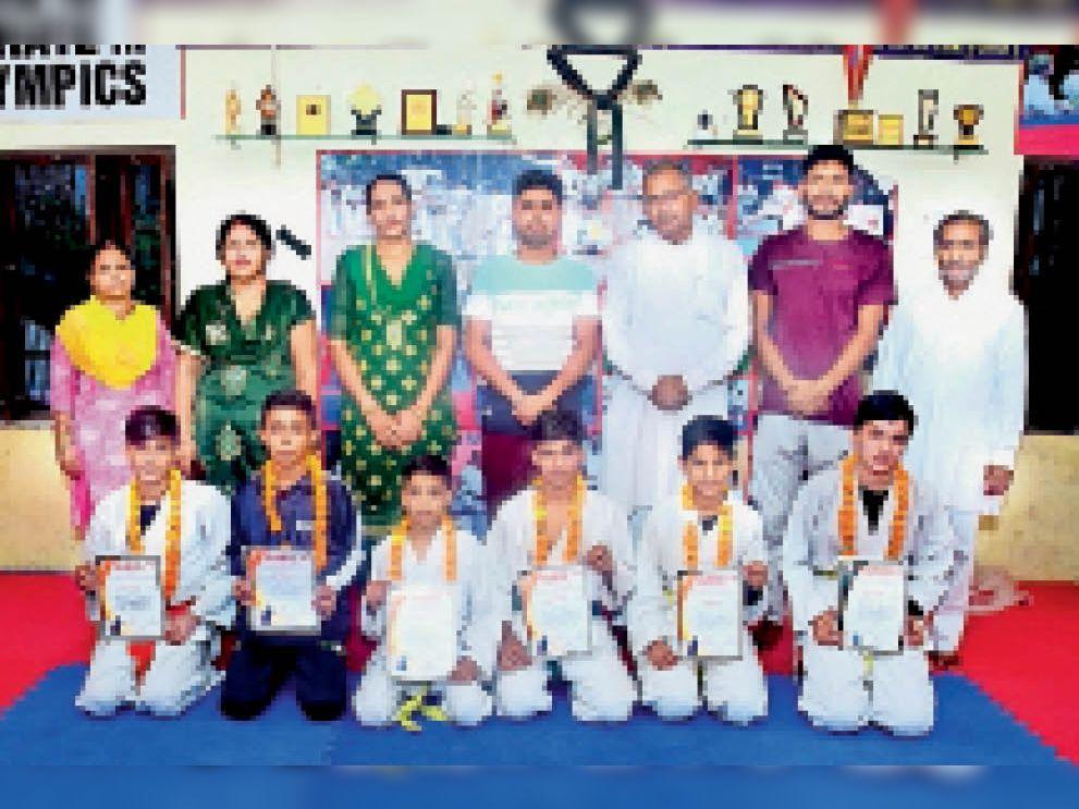 हिमाचल प्रदेश के सोलन में आयोजित 11वीं राष्ट्रीय कूडो चैंपियनशिप में विजेता खिलाड़ियों का किया सम्मान। - Dainik Bhaskar