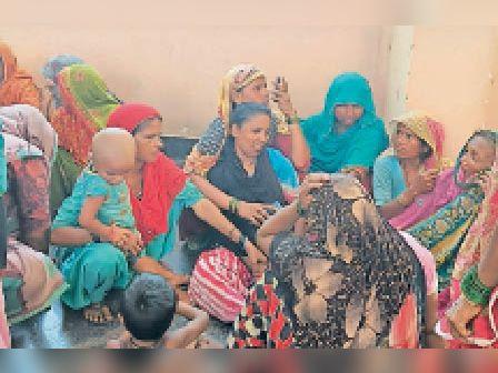मेडिकल काॅलेज में रोते-बिलखते मृतक के परिजन। - Dainik Bhaskar