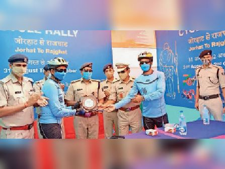 अधिकारियों को सीआरपीएफ का मोमेंटो प्रदान करते डिप्टी कमांडेंट। - Dainik Bhaskar