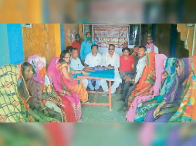कार्यक्रम के सफलता को लेकर कार्यकर्ताओं के साथ बैठक करते संयोजक। - Dainik Bhaskar