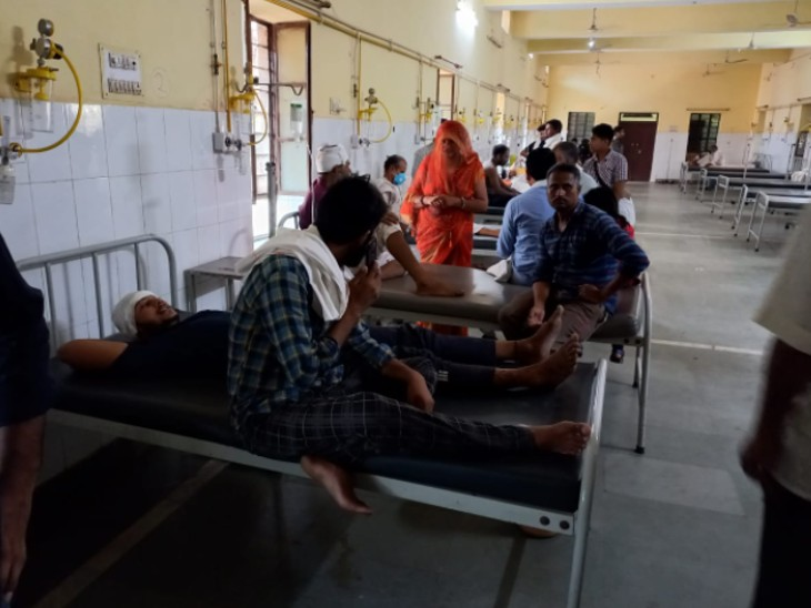 गोवर्धन परिक्रमा लगाने सरपंच परिवार सहित गए थे, वापस लौटते समय भरतपुर जिले में हुआ हादसा, सूचना पर पहुंचे परिजनों ने घायलों को धौलपुर हॉस्पिटल में कराया भर्ती|धौलपुर,Dholpur - Dainik Bhaskar