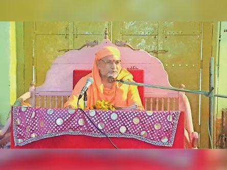 प्रवचन देते हुए संत आत्मस्वरूप सरस्वती महाराज। - Dainik Bhaskar