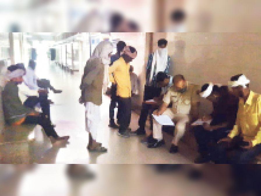 अस्पताल में पुलिस को रिपोर्ट देते मृतक के परिजन। - Dainik Bhaskar