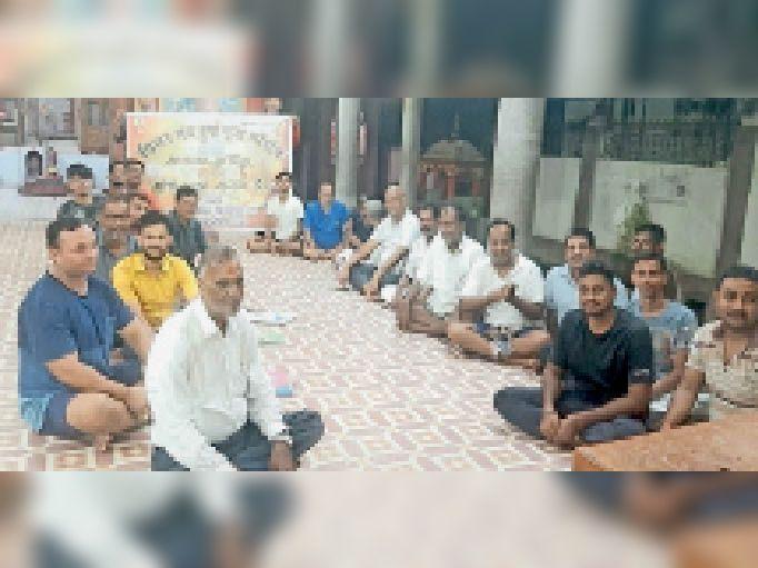 हरगौरी मंदिर में बैठक करते मिलन संघ के सदस्य। - Dainik Bhaskar