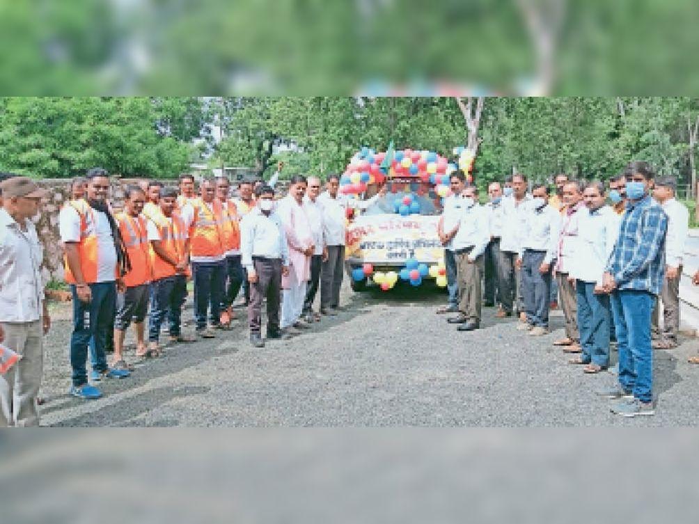 रैली काे हरी झंडी दिखाकर रवाना करते अधिकारी व अन्य। - Dainik Bhaskar