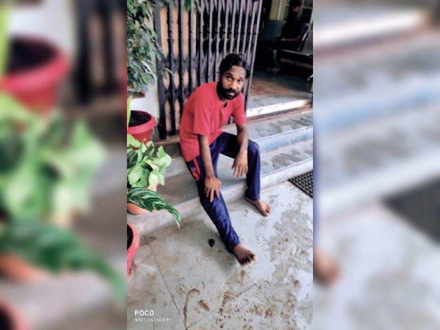 हमले में घायलों को पुलिस ने जिला अस्पताल में भर्ती कराया। - Dainik Bhaskar