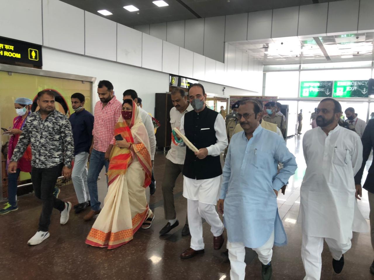 गुलाम नबी आजाद जयपुर पहुंच गए हैं। एयरपोर्ट पर कांग्रेस नेताओं ने स्वागत किया।