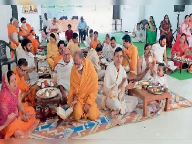 मंदिर में पूजन करते समाजजन। - Dainik Bhaskar