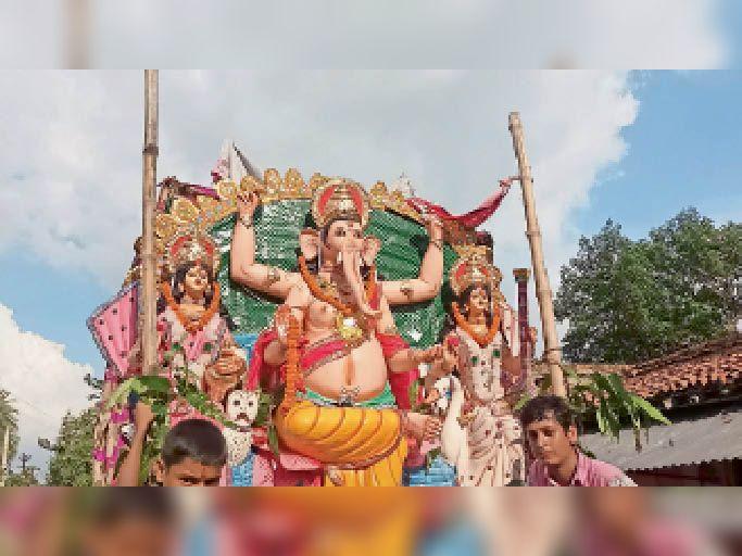 गणेश प्रतिमा विसर्जन यात्रा निकालते पूजा समिति के सदस्य। - Dainik Bhaskar