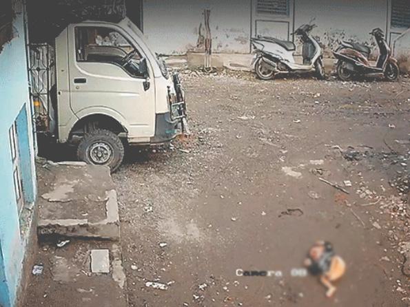 सूरत में मोबाइल पर कार्टून देख रहा 2 साल का बच्चा खिड़की से नीचे गिरा, 55 घंटे इलाज के बाद दम तोड़ा|गुजरात,Gujarat - Dainik Bhaskar