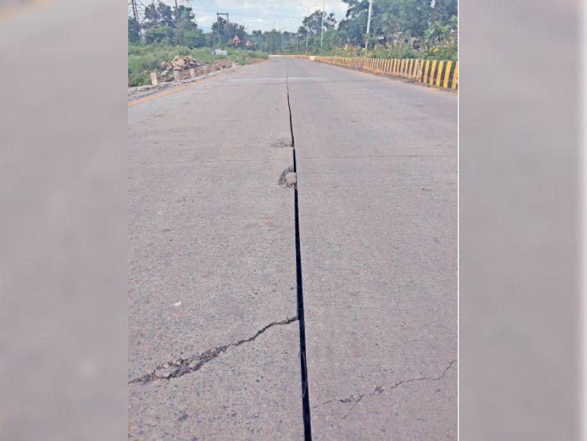 दबाव के कारण उखड़ रही सड़क। - Dainik Bhaskar